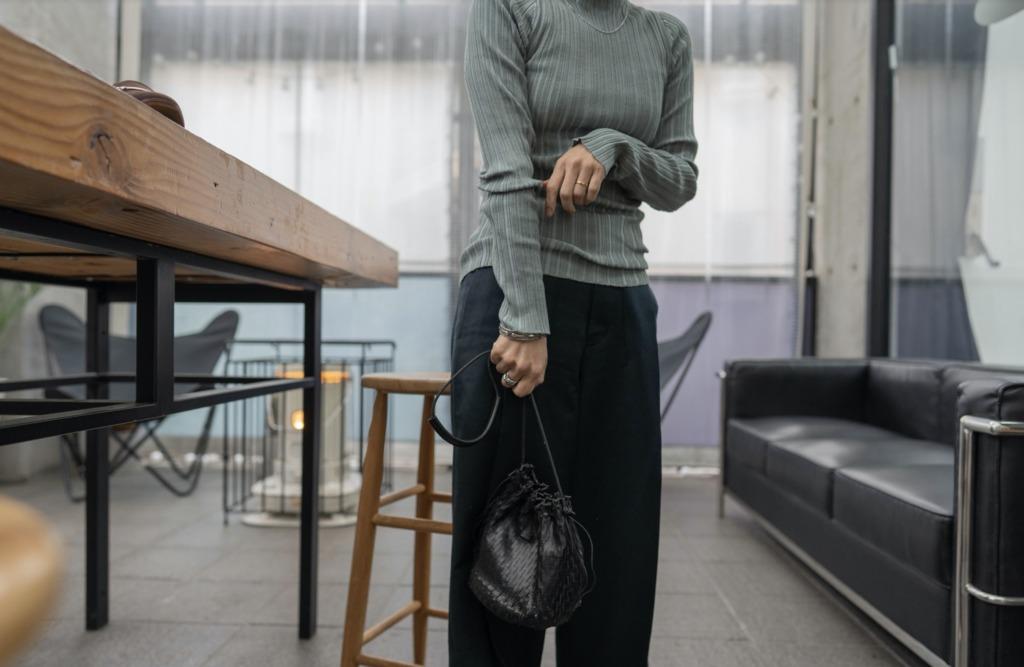 小さいバッグを下目に持つとアクセサリー感覚に
