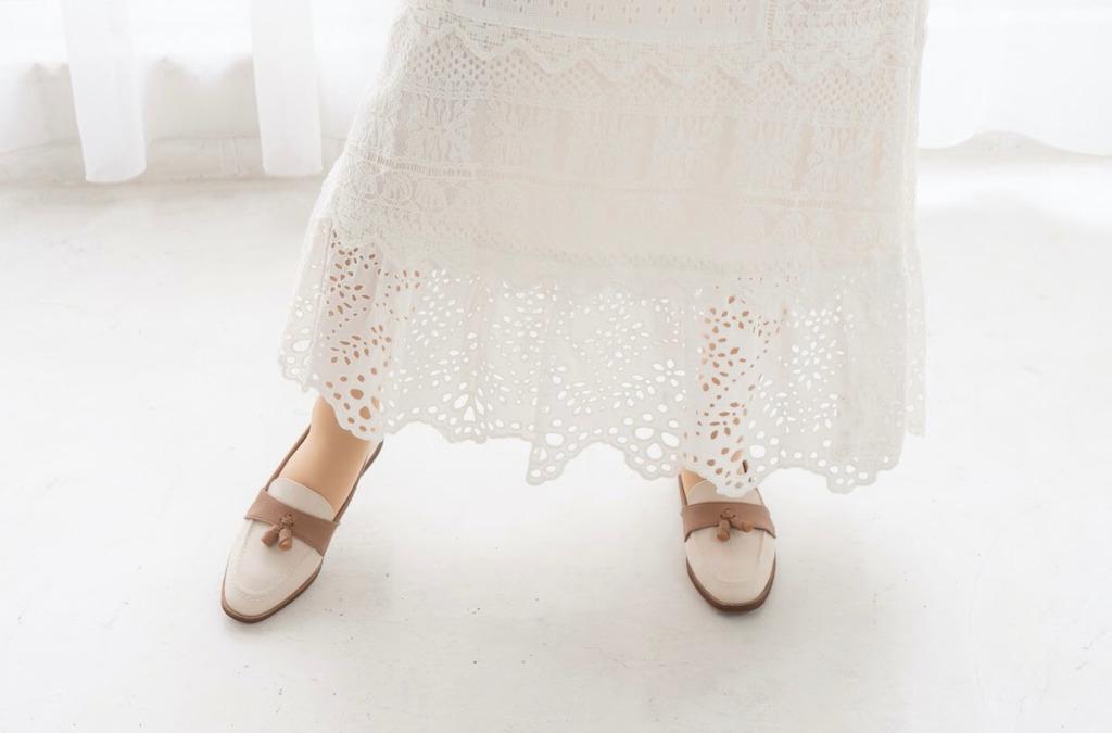ロングスカートの素材感で春を先取り