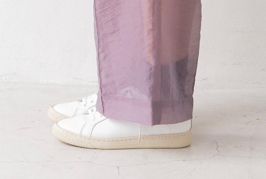 透け感のあるボトムスからほんのり靴下が見えるのも◎