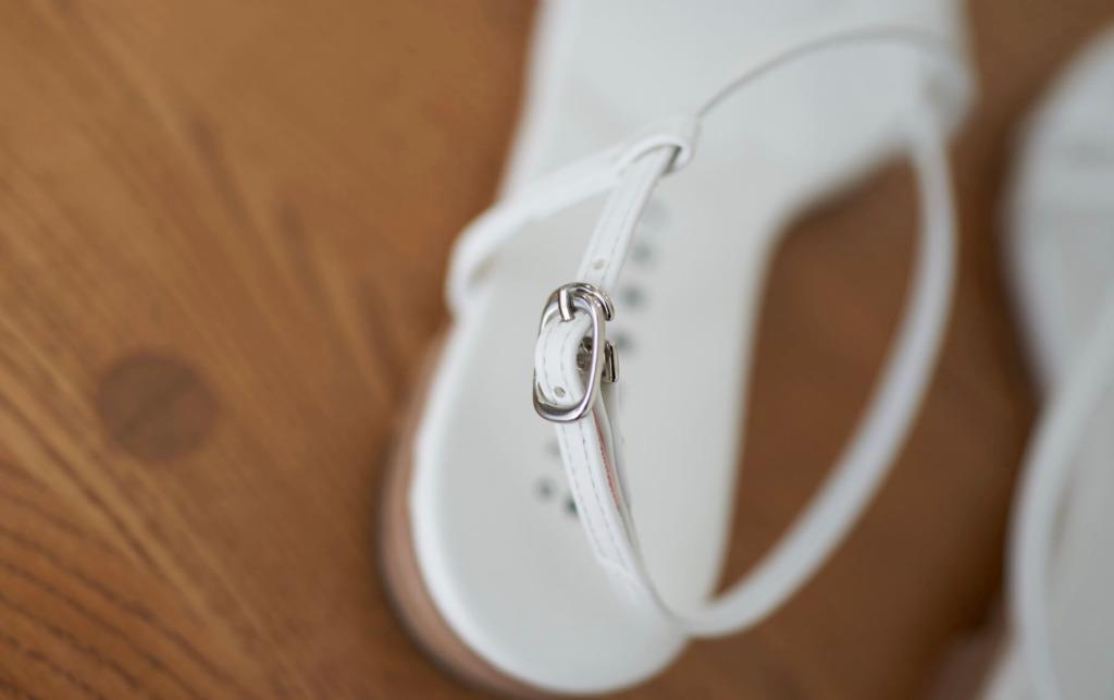 ストラップ部分は一般的なサンダルに使われているストラップよりも小足さん向けに更に華奢に作られているのですが、それに合わせた金具もチョイス。