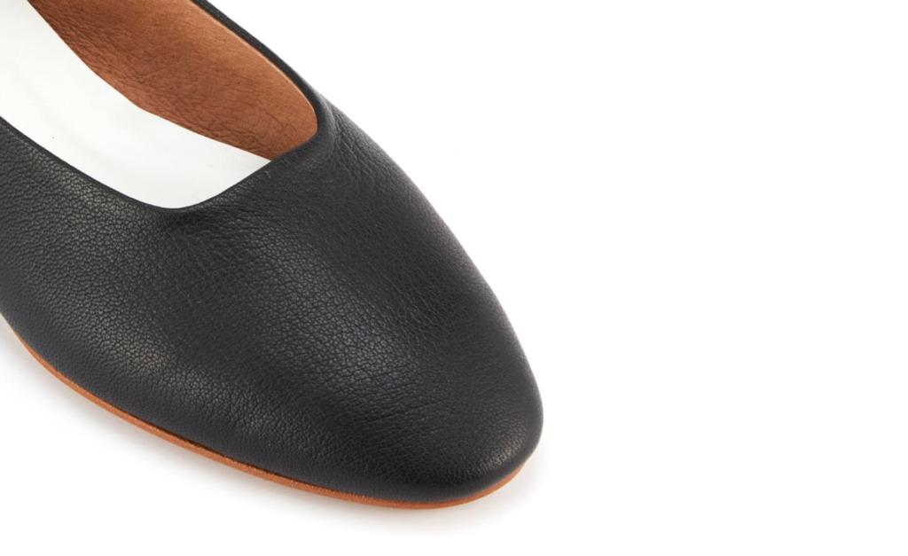 シンプルなデザインだからこそ素材に動きを魅せるためゴートスキンを使用しています。