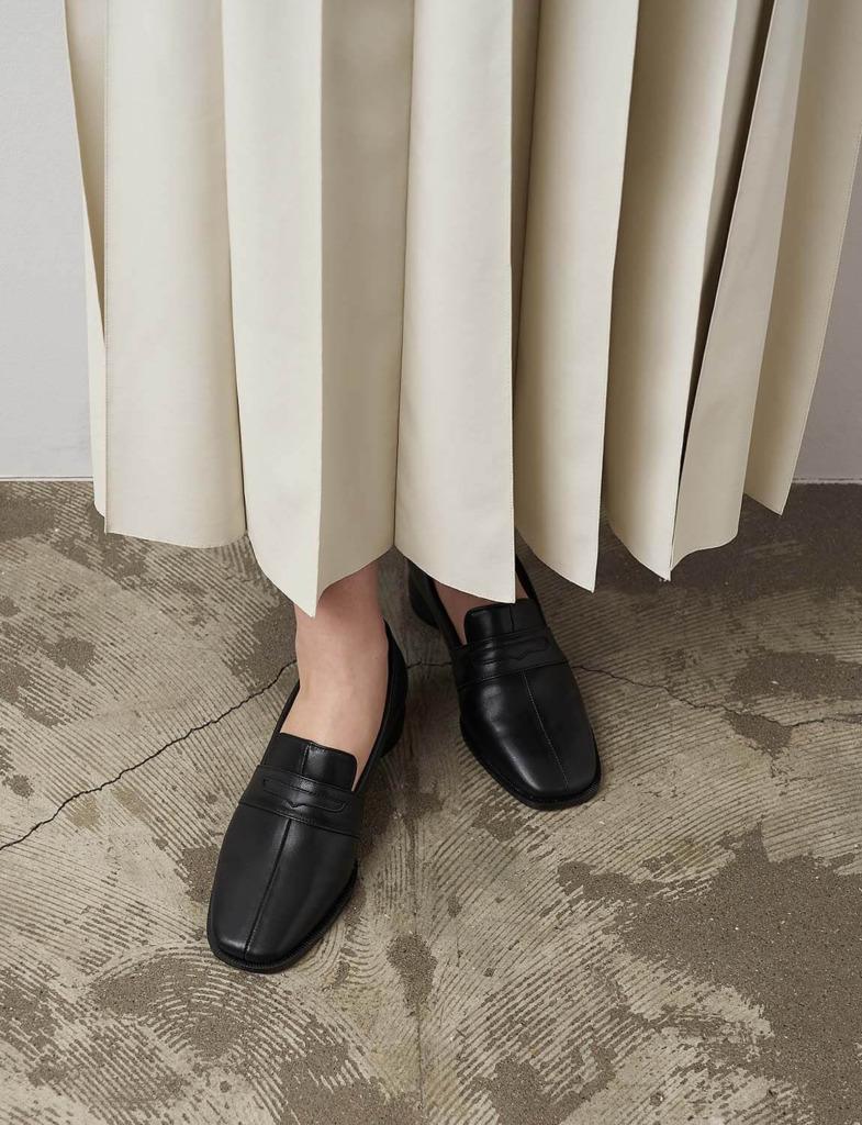 黒のローファーパンプス×プリーツスカート