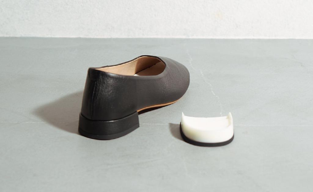 かかとにかぶさるような形状のカップヒール(1.5cm)。