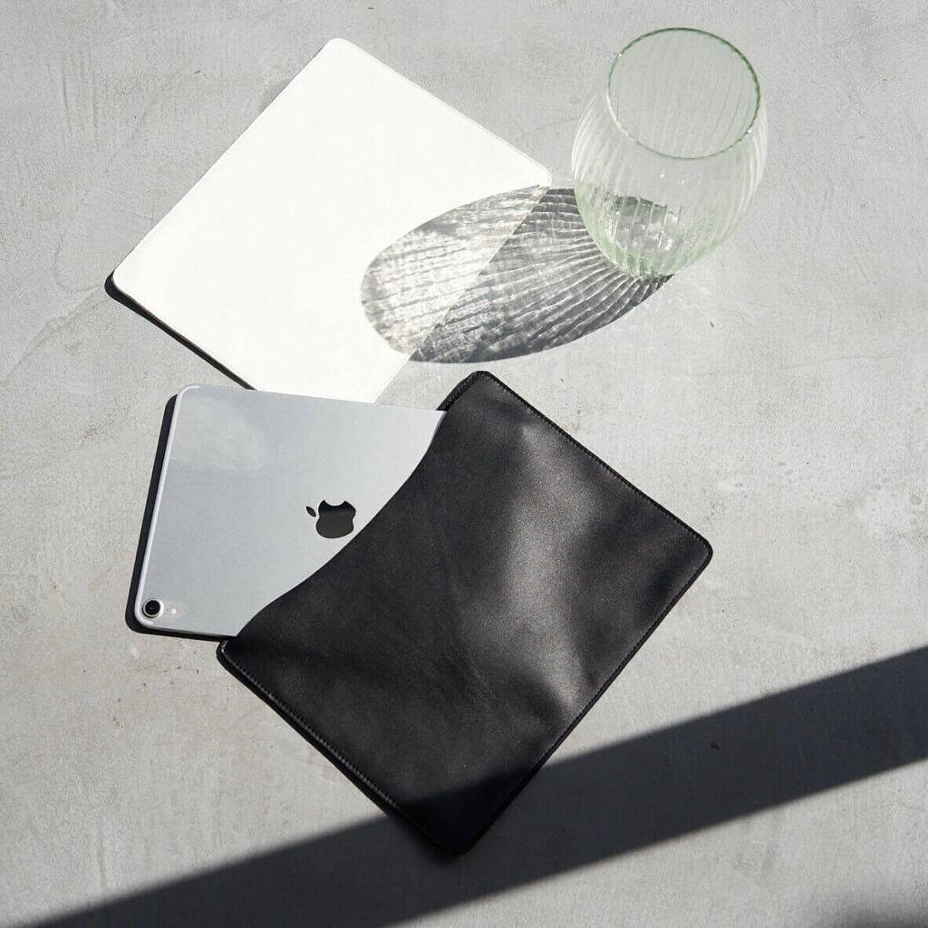 iPadケース画像上ホワイト下ブラック