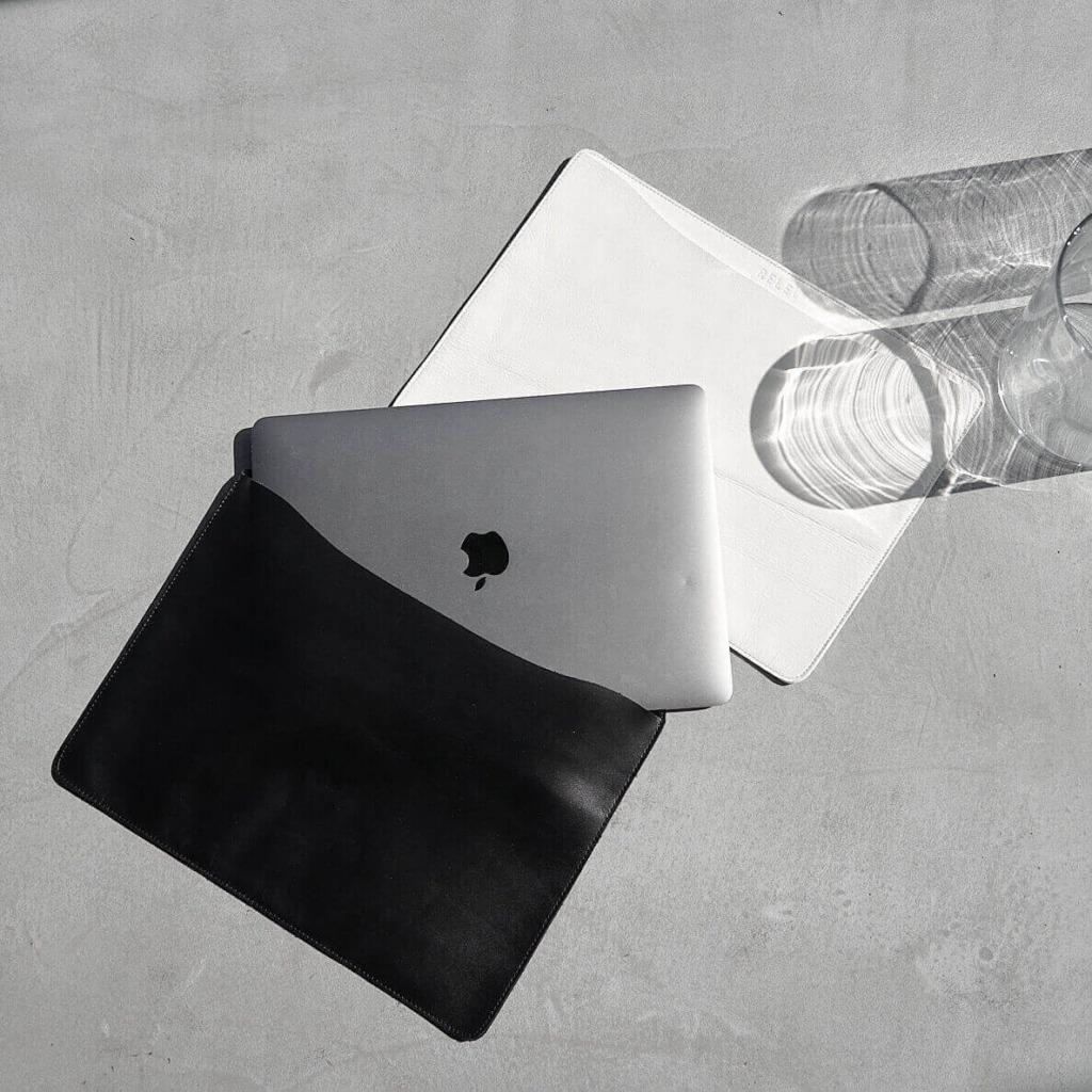 MacBookケース画像上ホワイト下ブラック